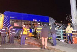 Λεωφορείο κόπηκε στα δύο – Κρεμάστηκε από γέφυρα στη Νέα Υόρκη
