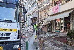 Δ. Θεσ/νίκης: Καθάρισαν δρόμοι-πεζοδρόμια από το αλάτι αποχιονισμού