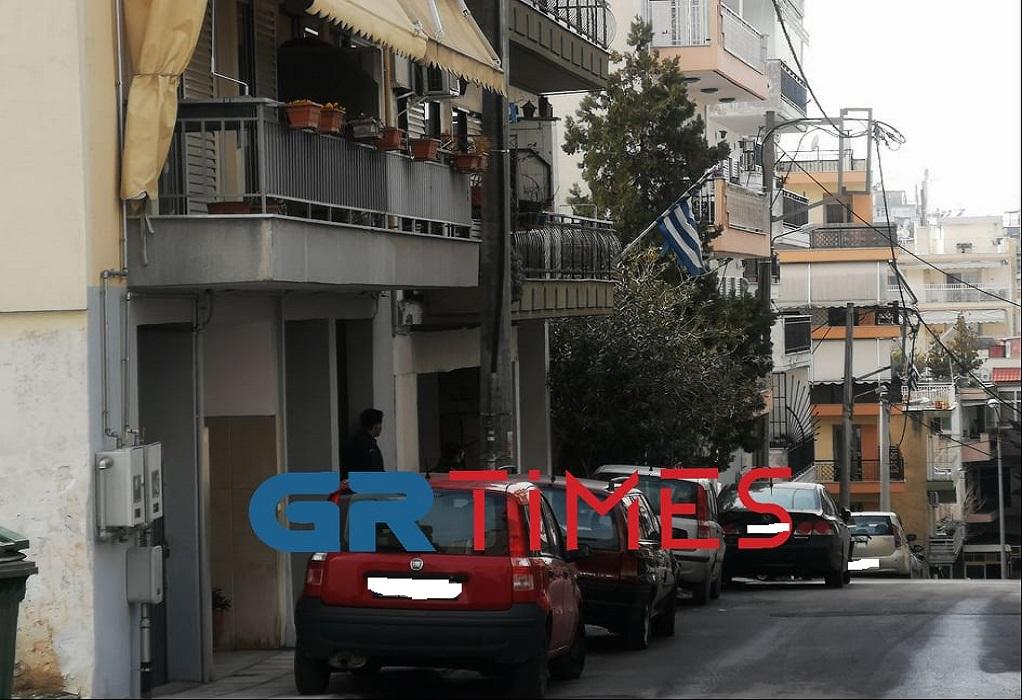 Πολίχνη: Διαπραγματευτές στο διαμέρισμα του άντρα που απειλεί να αυτοκτονήσει (ΦΩΤΟ)