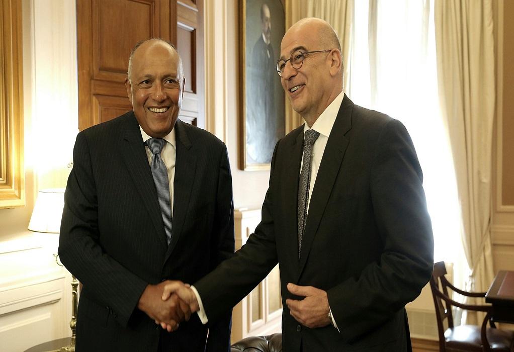 Οι διμερείς σχέσεις στο επίκεντρο για Δένδια – Αιγύπτιο ΥΠΕΞ