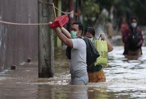 Ινδονησία: Πλημμύρες στη Τζακάρτα λόγω μουσώνων (VIDEO)