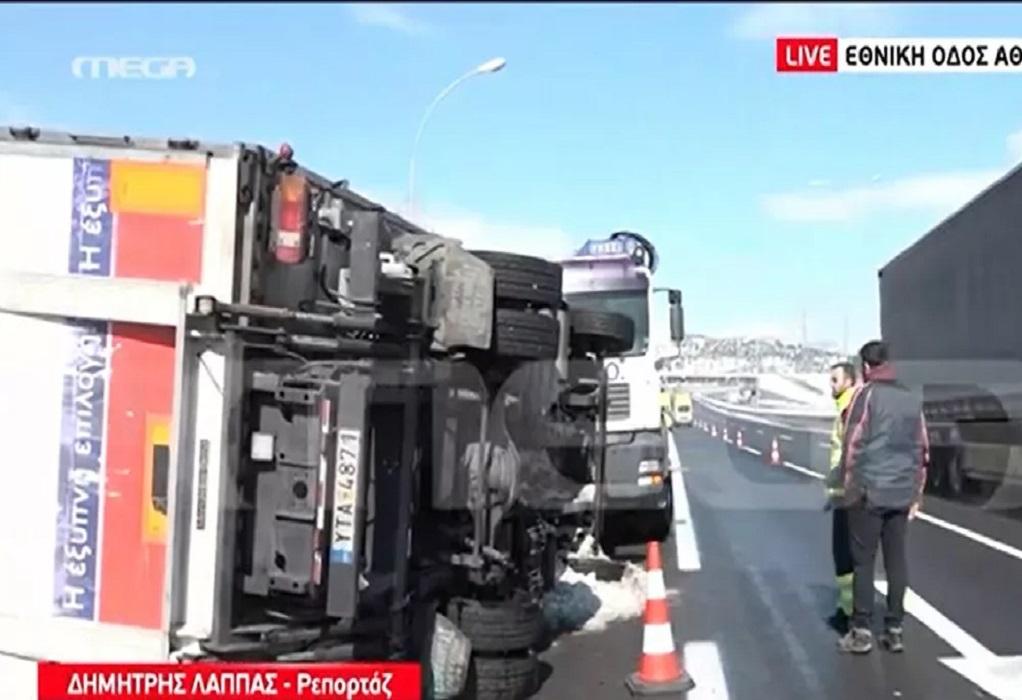 Ανατροπή φορτηγού στην ΕΟ Αθηνών – Λαμίας