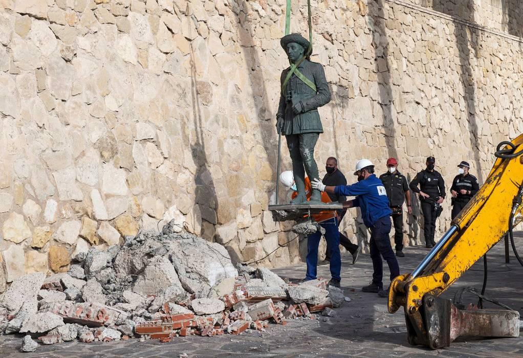 Ισπανία: Το τελευταίο άγαλμα του δικτάτορα Φράνκο αποκαθηλώθηκε