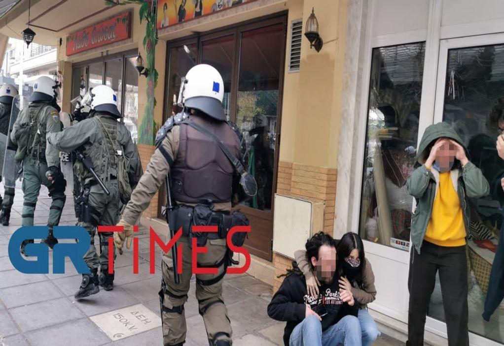 Βίντεο – ντοκουμέντο: Αστυνομικοί ρίχνουν αγκωνιά στο πρόσωπο και κλωτσούν άνδρα