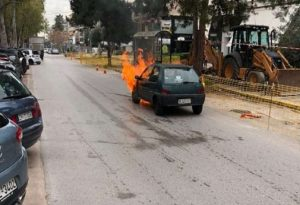Στις φλόγες ΙΧ στην Γλυφάδα – Γλίτωσαν από θαύμα ηλικιωμένη και παιδί
