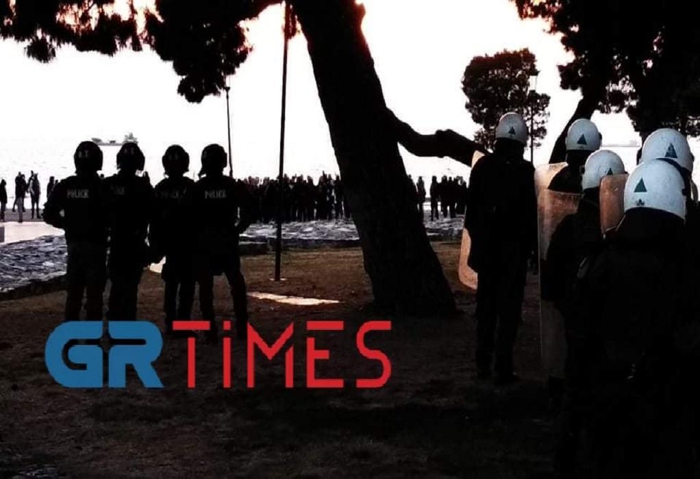 Έληξε με… πυροτεχνήματα η συγκέντρωση κατά του lockdown (VIDEO)