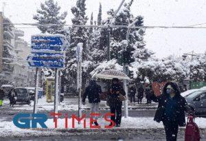 Καλλιθέα: Πολύ πυκνή η χιονόπτωση – Γλιστρούν οι δρόμοι (ΦΩΤΟ)