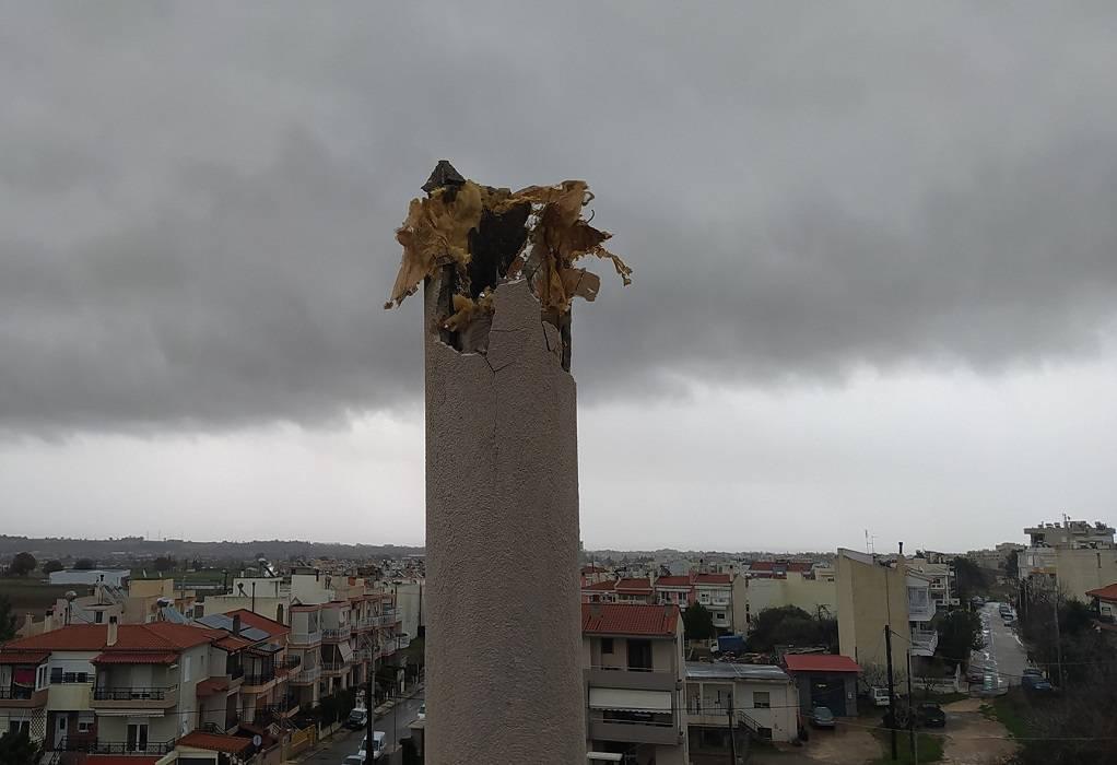 """Έβρος: """"Θρύψαλα"""" καμινάδα οικοδομής λόγω κεραυνού"""
