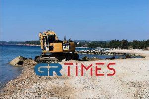 Σιθωνία: Αφαιρούνται οι αμμοκράτες στην παραλία Νικήτης – Προειδοποιεί για καταστροφές ο δήμαρχος (VIDEO)