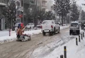 Έκαναν σκι γυμνοί στην χιονισμένη Ορεστιάδα (VIDEO)
