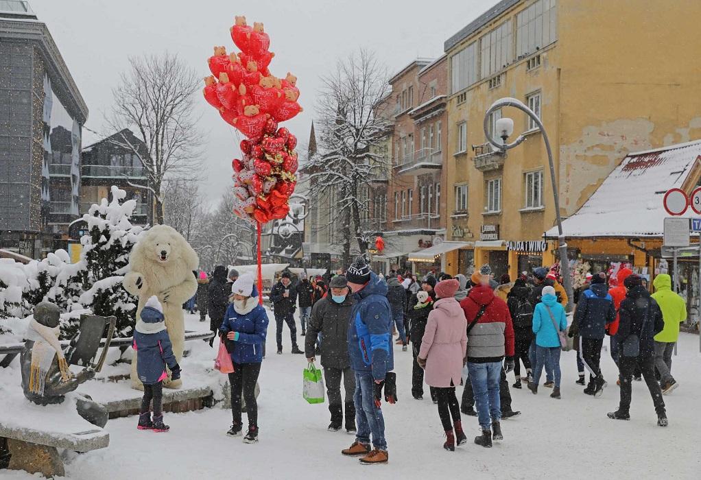 Γιορτάζουν οι Πολωνοί στα χιονοδρομικά την χαλάρωση των μέτρων