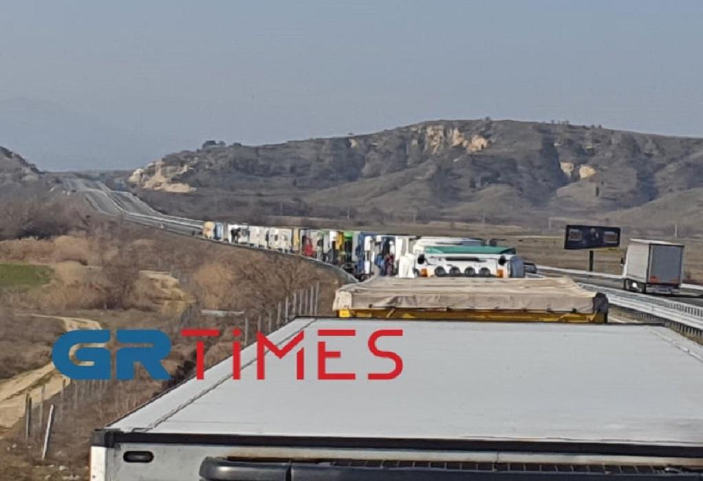 Φορτηγά: Ουρές χιλιομέτρων έφεραν τα αιφνιδιαστικά rapid test στα σύνορα