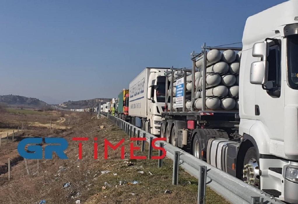 """Προμαχώνας: Στα 7 χλμ η ουρά των φορτηγών – """"Έκανα 500 μέτρα σε 4 ώρες"""" (ΦΩΤΟ)"""