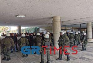 Παρέμβαση ΕΛΑΣ στην κατάληψη στη Διοίκηση του ΑΠΘ (ΦΩΤΟ-VIDEO)