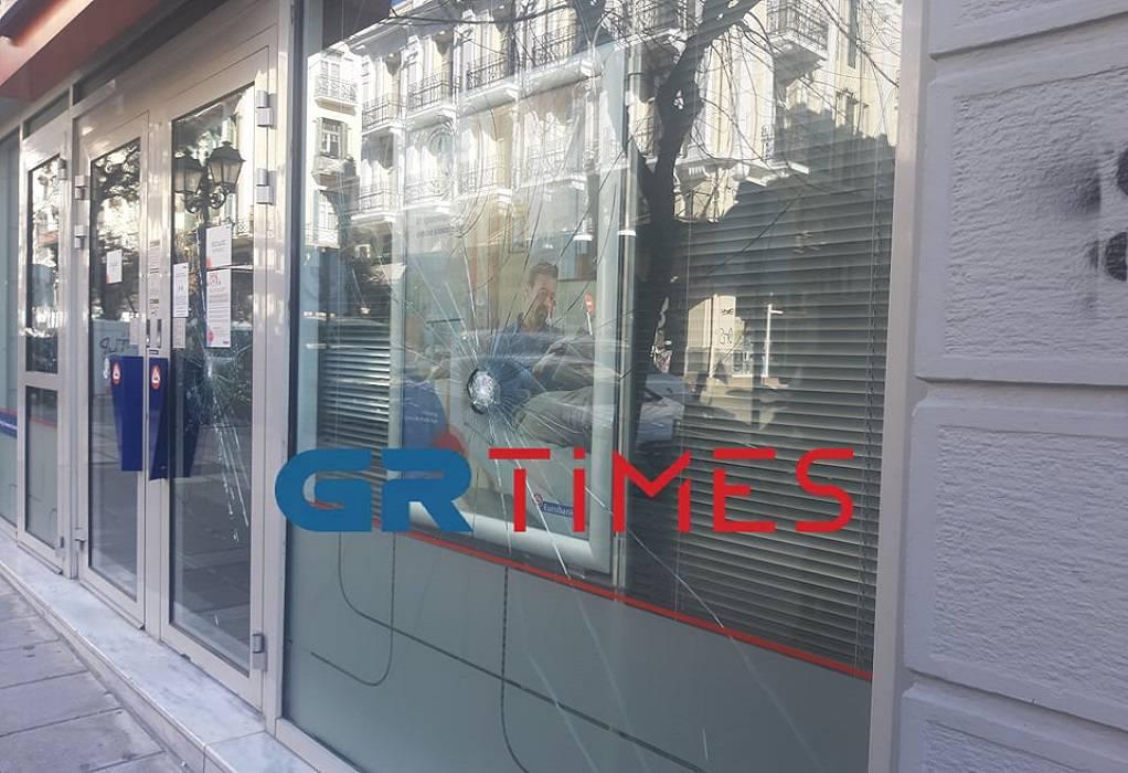 Θεσσαλονίκη: Άγνωστοι προκάλεσαν φθορές σε τράπεζα (ΦΩΤΟ+VIDEO)