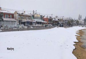 Χαλκιδική: Η άμμος έγινε λευκή από το χιόνι (ΦΩΤΟ+VIDEO)
