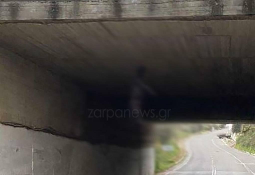 Χανιά: Βρέθηκε ο άνδρας που είχε κρεμάσει σκύλο σε γέφυρα – 30.000 ευρώ πρόστιμο