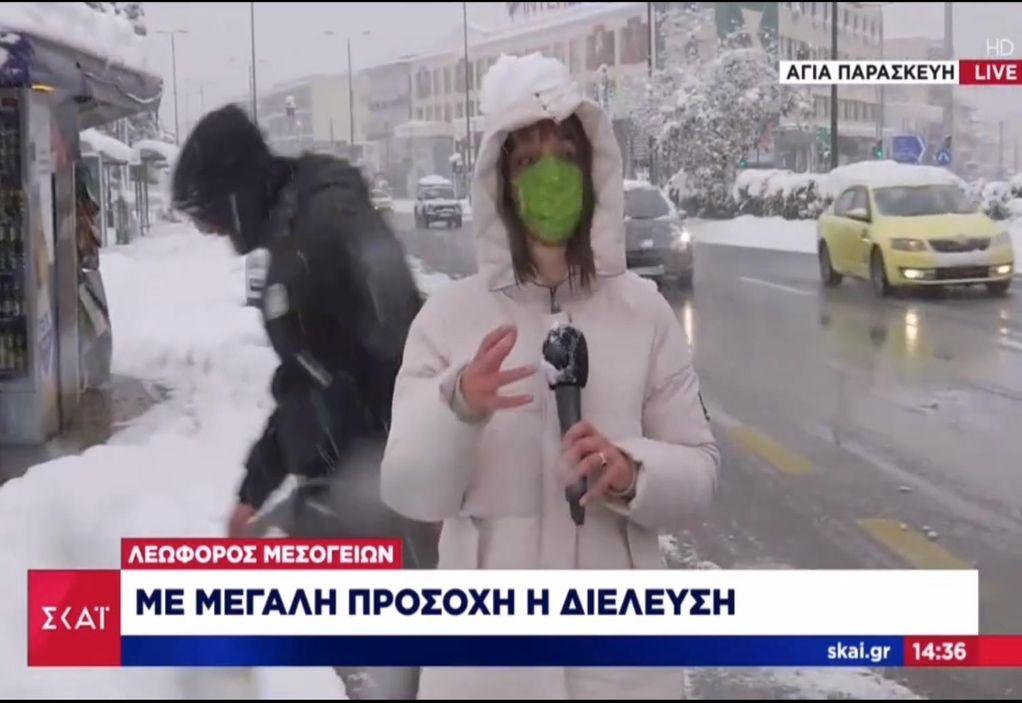 """""""Επιτέθηκαν"""" με… χιονόμπαλες σε ρεπόρτερ του ΣΚΑΙ (VIDEO)"""