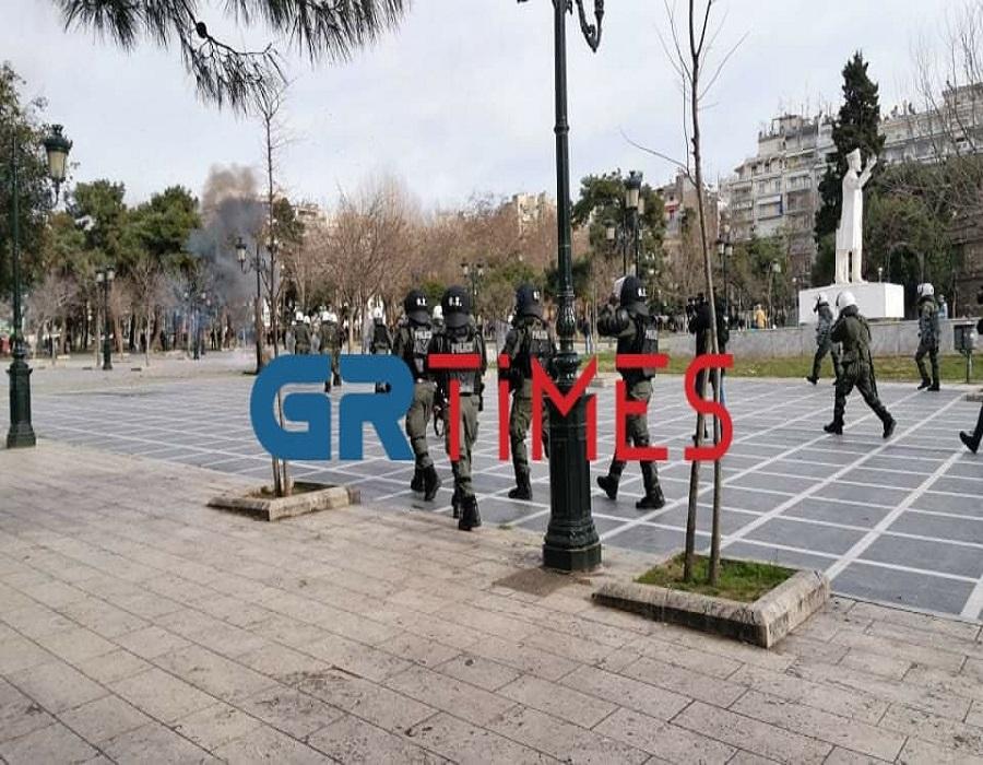 Πορεία φοιτητών: Μολότοφ και στο άγαλμα Βενιζέλου (ΦΩΤΟ-VIDEO)