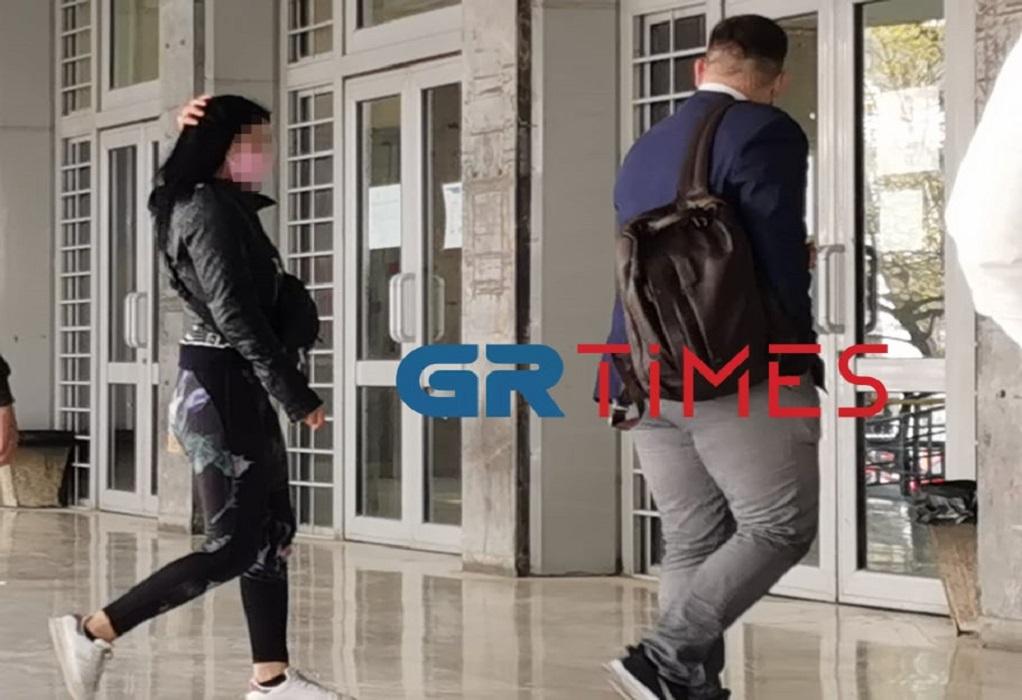 Δικηγόρος θύματος: Την απείλησε και την βίασε – Στον ανακριτή και η 20χρονη (VIDEO)