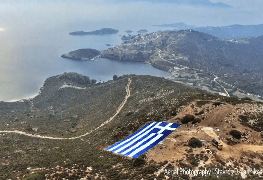 Σαν να κρέμεται από τον ουρανό… η μεγαλύτερη Ελληνική Σημαία είναι στις Οινούσσες (video)