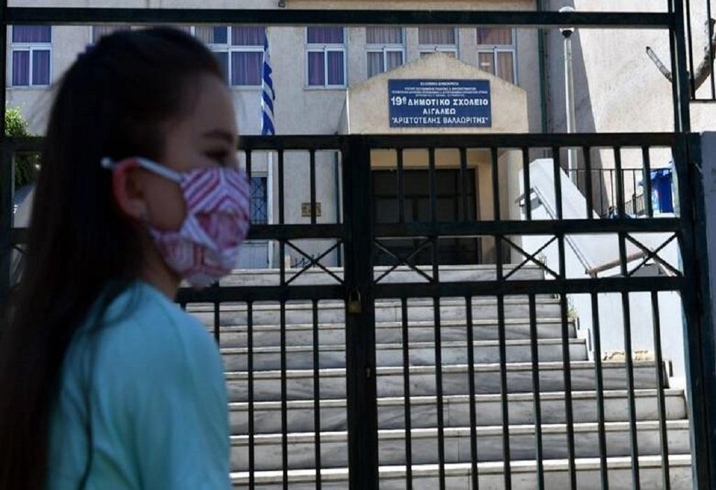 Ηράκλειο: Χειροπέδες σε γονείς που πήγαν παιδί χωρίς self test σε σχολείο – Απείλησαν τη διευθύντρια