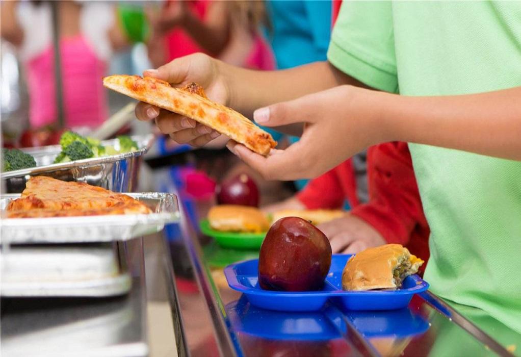 Επιστρέφουν τα σχολικά γεύματα για 185.000 μαθητές