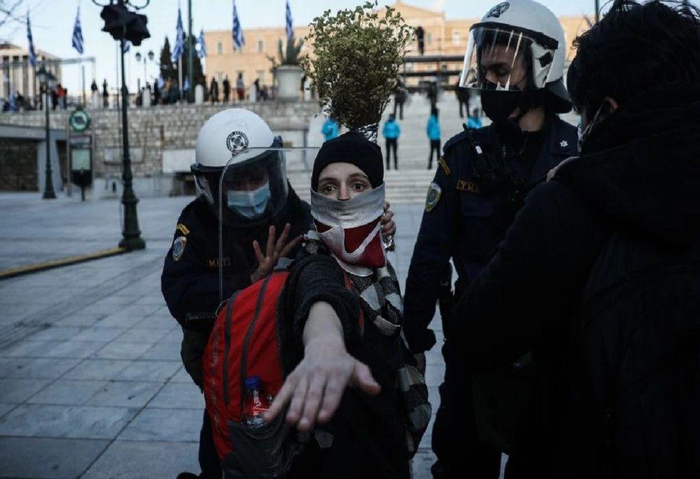 Νέο περιστατικό αστυνομικής βίας: Αστυνομικός χτυπάει καλλιτέχνη στο Σύνταγμα