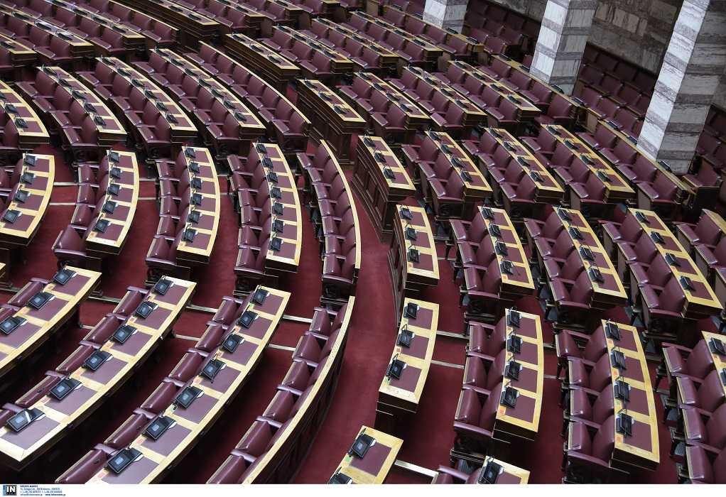 Βουλή: Τα κόμματα καταδικάζουν την επίθεση κατά αστυνομικού στη Ν. Σμύρνη