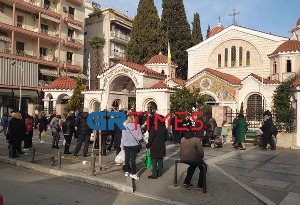 Θεσσαλονίκη: Συνωστισμός έξω από εκκλησία λόγω… Ψυχοσάββατου (ΦΩΤΟ)