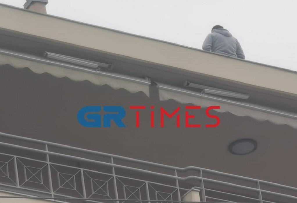 Θεσσαλονίκη: 30χρονος απειλεί να πηδήξει από τον 6ο όροφο (ΦΩΤΟ-VIDEO)