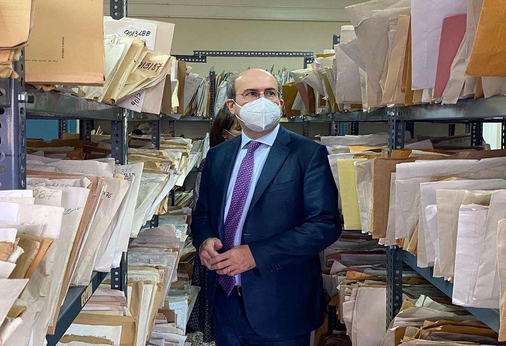 Επίσκεψη Κ. Χατζηδάκη στον ΕΦΚΑ: Οι εργαζόμενοι σηκώνουν σταυρό (ΦΩΤΟ)