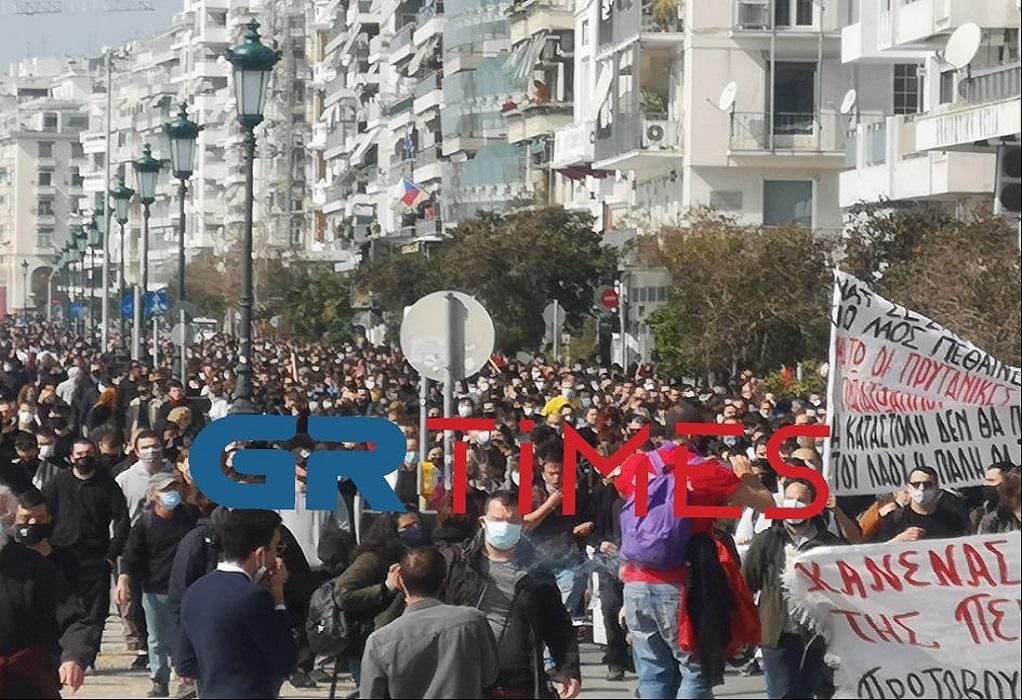 """""""Πλημμύρισε"""" η Λεωφόρος Νίκης στην πορεία κατά της καταστολής (ΦΩΤΟ)"""