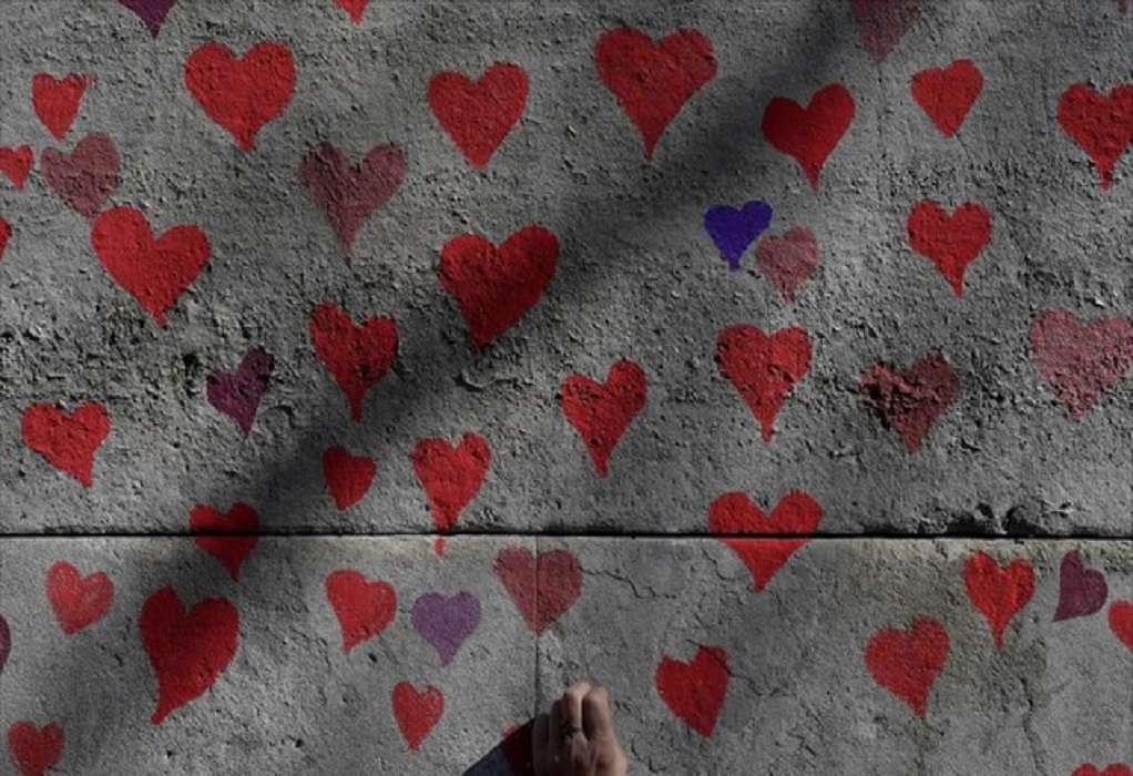 Βρετανία: 150.000 καρδιές σε τοίχο απέναντι από το κοινοβούλιο