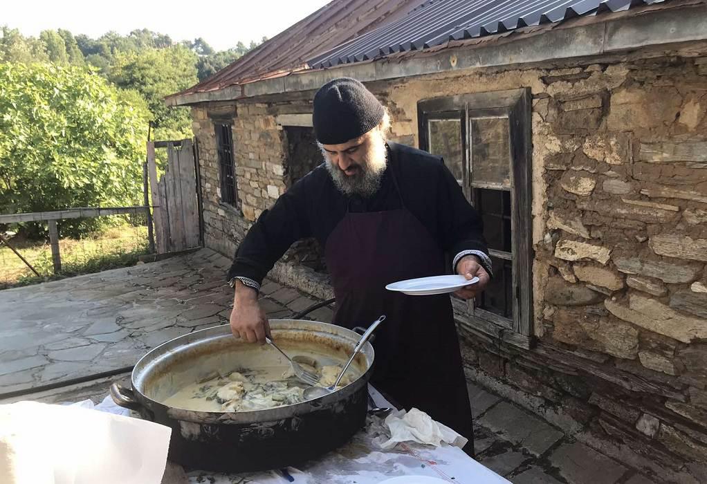 Άγιο Όρος: Ο Κρητικός μοναχός που φτιάχνει κεραλοιφές εδώ και 20 χρόνια!