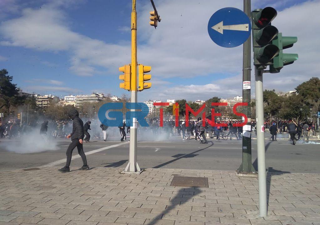 Μολότοφ και χημικά και στο άγαλμα Βενιζέλου (ΦΩΤΟ- VIDEO)