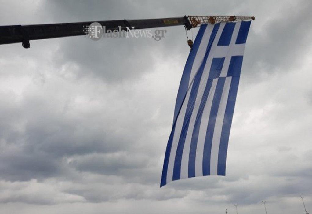 Ρέθυμνο: Σήκωσαν τεράστια ελληνική σημαία με γερανό! (ΦΩΤΟ-VIDEO)
