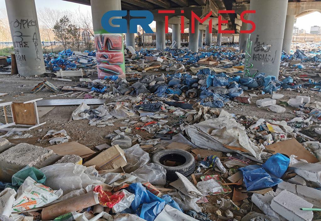 «Απέραντη» χωματερή στη Δυτική Θεσσαλονίκη – «Παγίδες» για οδηγούς (ΦΩΤΟ+VIDEO)
