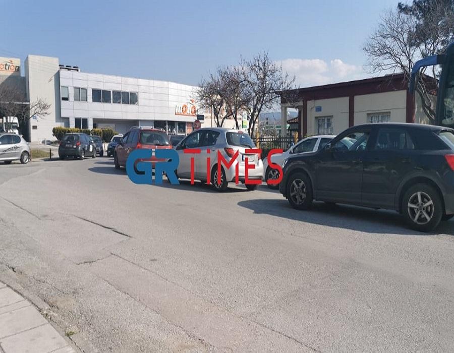 Κορονοϊός – Καλαμαριά: «Ουρές» για drive through τεστ – «Μποτιλιάρισμα» από αυτοκίνητα, μηχανές και ποδήλατα