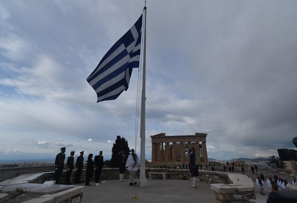 Συγκίνηση στην τελετή έπαρσης της ελληνικής σημαίας στην Ακρόπολη (ΦΩΤΟ+VIDEO)