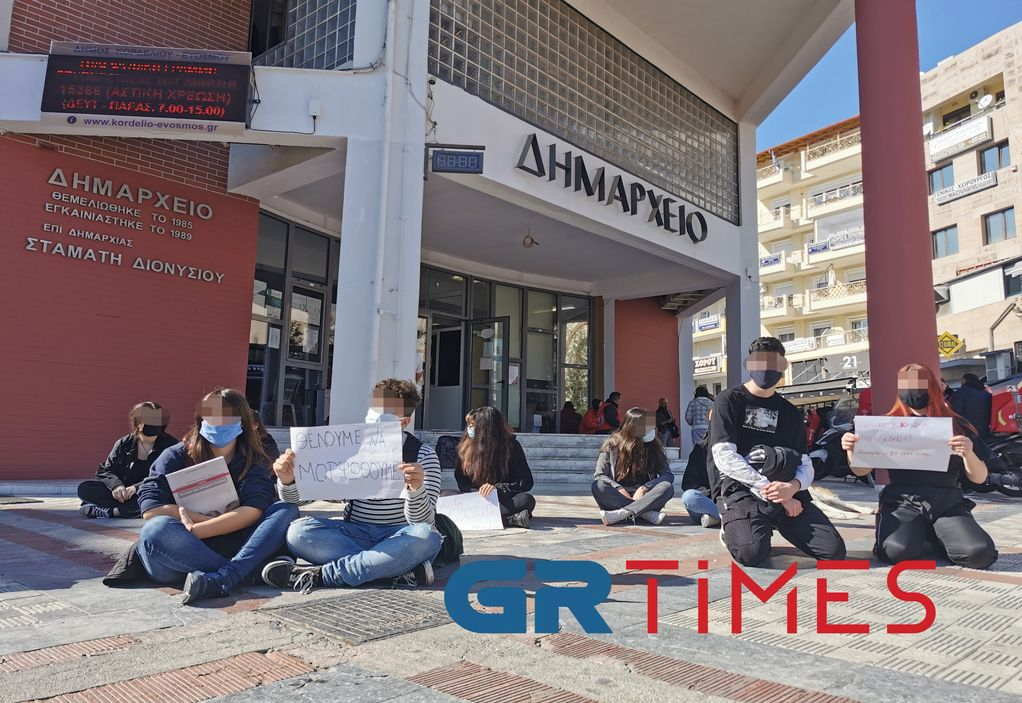 Διαμαρτυρία μαθητών στον Εύοσμο: Ζητούν να ανοίξουν τα σχολεία (ΦΩΤΟ+VIDEO)