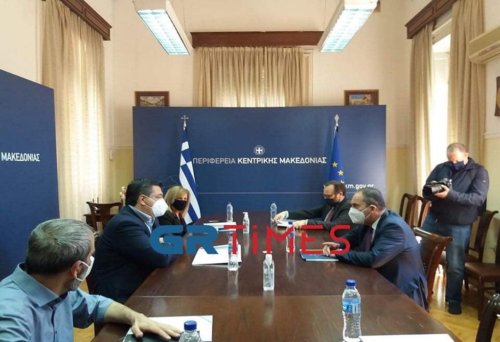 Σε εξέλιξη η συνάντηση του Πλακιωτάκη με τον Τζιτζικώστα (VIDEO)