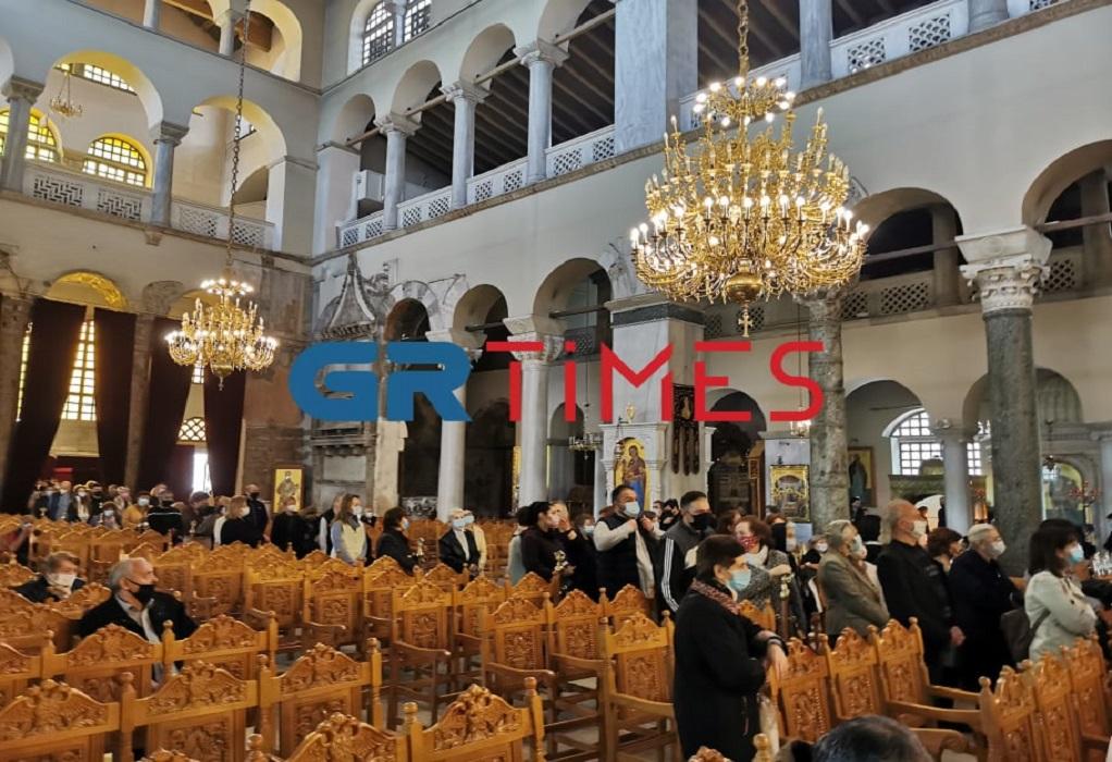 Θεσσαλονίκη: Ουρά για το προσκύνημα του Επιτάφιου (VIDEO)