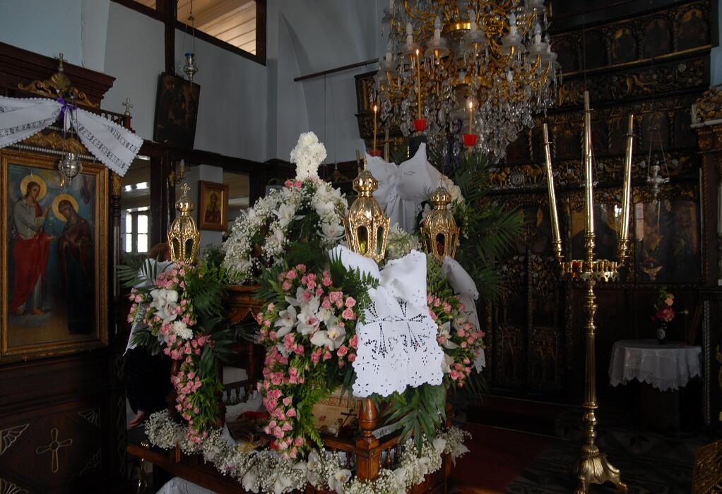 Έθιμα της Μεγάλης Παρασκευής: Η Αποκαθήλωση του Εσταυρωμένου και η Περιφορά του Επιταφίου