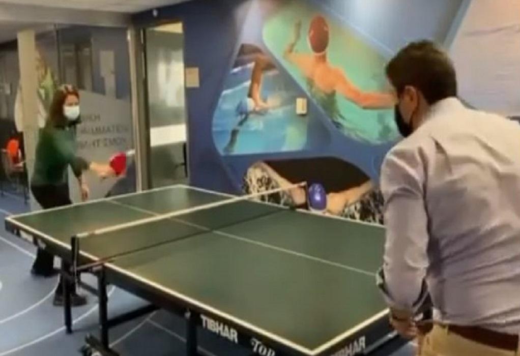 Αυγενάκης και Κεραμέως παίζουν πινγκ πονγκ (VIDEO)