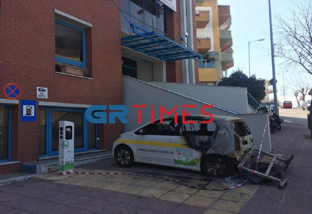 Θεσ/νίκη: Κάηκε αυτοκίνητο του δήμου Νεάπολης Συκεών (ΦΩΤΟ)
