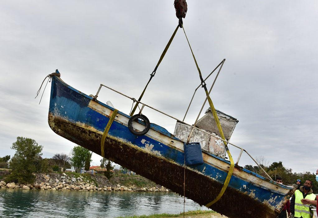 Ν. Ποτίδαια: Ανέλκυση βυθισμένων βαρκών από το λιμάνι