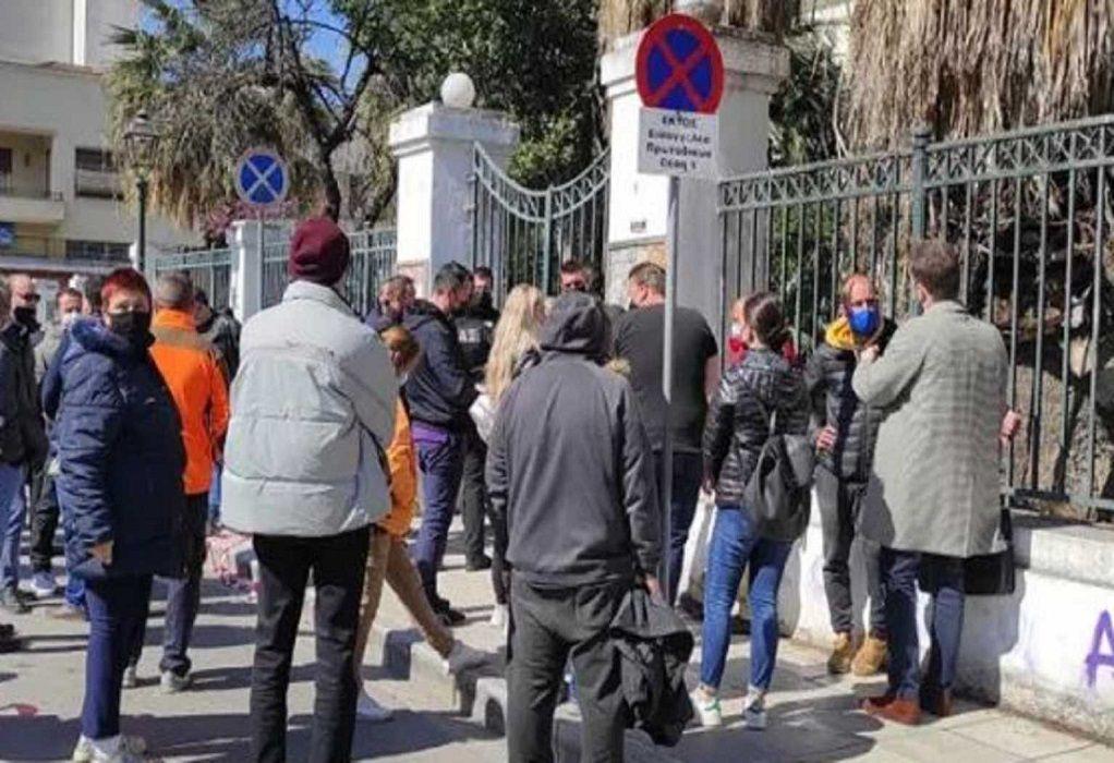 Μακρινίτσα: Οργή έξω από τα δικαστήρια – Προπηλάκισαν τον 32χρονο