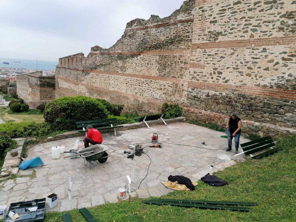 Αναβαθμίζονται τα παγκάκια του Δήμου Θεσσαλονίκης