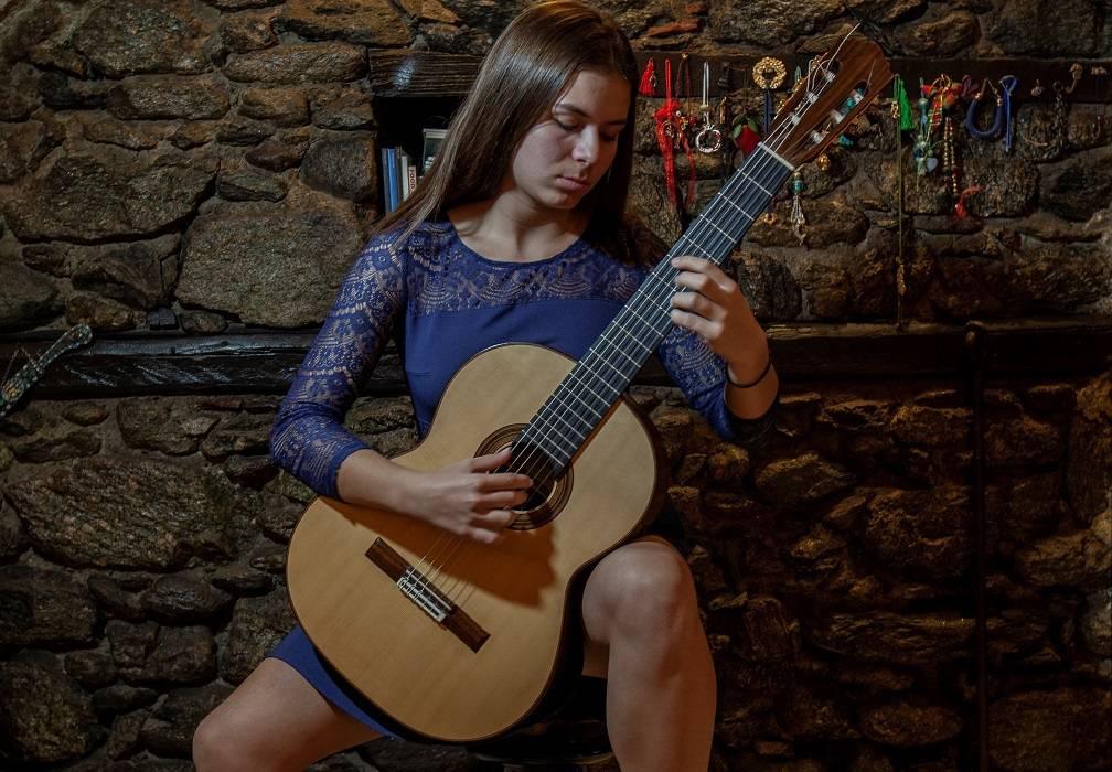 Φλώρινα: Η 17χρονη σολίστ που «μαγεύει» με τους ήχους της κιθάρας της